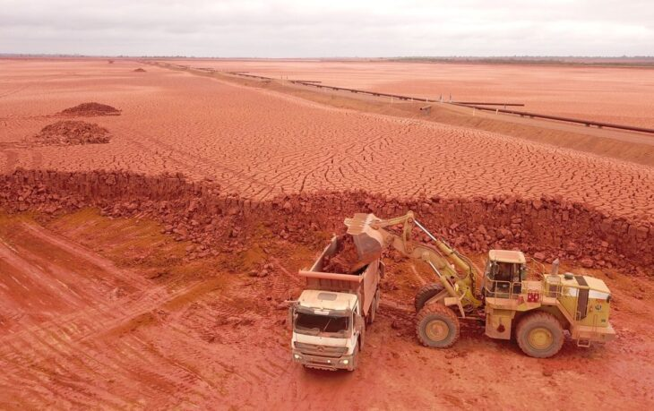 The Tailings Dry Backfill method replaces the need for raising and building new dams used in traditional methods, improving safety and environmental performance.